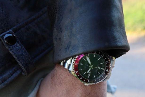 Zu sehen ist hier ein Wristshot mit der Corazon Del Mar Melanocetus GMT Maui Red