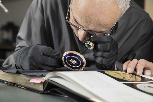 Ein Uhrmacher bei der Arbeit